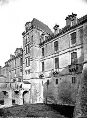 Château des Ducs d'Epernon, actuellement Musée historique et iconographique - Façade ouest, entrée avec gardien et homme en civil
