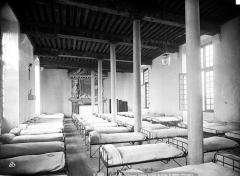 Château des Ducs d'Epernon, actuellement Musée historique et iconographique - Dortoir : installation des lits