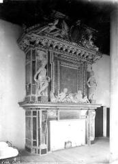 Château des Ducs d'Epernon, actuellement Musée historique et iconographique - Cheminée de la grande salle servant de dortoir