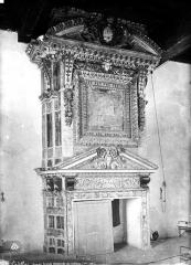 Château des Ducs d'Epernon, actuellement Musée historique et iconographique - Cheminée