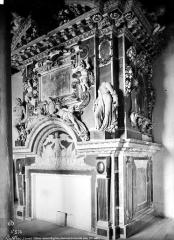 Château des Ducs d'Epernon, actuellement Musée historique et iconographique - Cheminée d'une petite salle