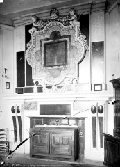 Château des Ducs d'Epernon, actuellement Musée historique et iconographique - Cheminée avec mobilier