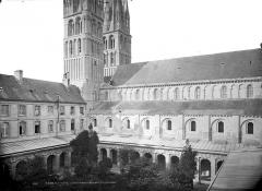 Ancienne église de Saint-Etienne-le-Vieux, actuellement magasin communal - Façade sud, vue sur le cloître