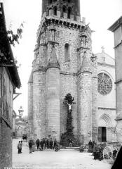 Eglise Notre-Dame de l'Assomption - Clocher, partie inférieure et groupe de personnes (scène de marché)