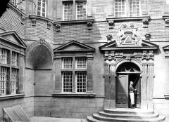 Hôtel de Nayrac - Façade sur cour : ensemble et homme (valet) à la porte