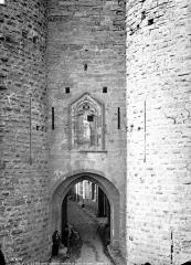 Cité de Carcassonnne - Façade, détails : niche avec statue de La Vierge et trous de hours