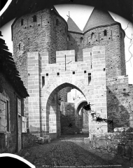 Cité de Carcassonne - Châtelet avant les tours Narbonnaises