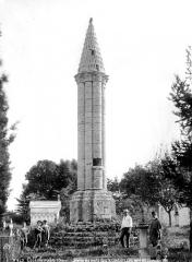 Lanterne des Morts - Ensemble, côté nord-est et groupe de villageois en pose devant