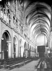 Eglise Saint-Pierre - Intérieur : nef, vue du choeur