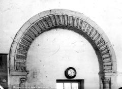 Ancienne abbaye Saint-Mexme - Vue intérieure du clocher : Archivolte du portail