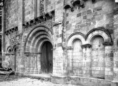 Eglise Saint-Chartier de Javarzay - Portail de la façade ouest, en perspective