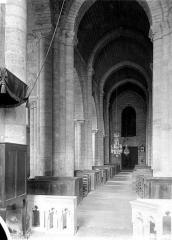Eglise Saint-Chartier de Javarzay - Vue intérieure de la nef vers l'entrée