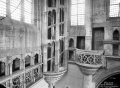 Eglise Saint-Jean-Baptiste - Vue intérieure du transept nord : Escalier et balcon