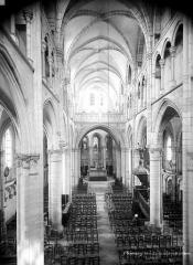 Eglise Saint-Martin (ancienne collégiale) - Vue intérieure de la nef vers le choeur, prise de la tribune