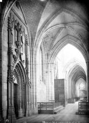Basilique Notre-Dame - Vue intérieure du bas-côté nord et porte de la sacristie