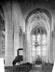 Eglise Sainte-Foy - Vue intérieure de la nef vers le choeur