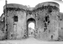 Porte et tours du Vieux-Port - Vue d'ensemble