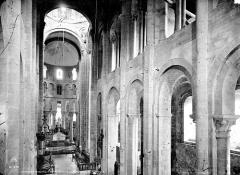 Ancienne abbaye Sainte-Foy - Vue intérieure de la nef vers le choeur, prise de la tribune