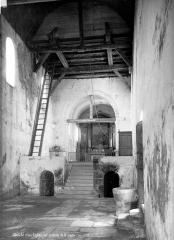 Eglise Saint-Denis de Condé - Vue intérieure de la nef vers le choeur et entrée de la crypte