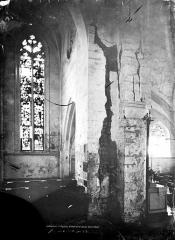 Eglise - Vue intérieure de la nef : Pilier crevassé