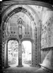 Cimetière - Porche isolé donnant dans le cimetière