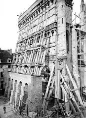 Eglise Notre-Dame - Façade ouest échafaudée, vue en perspective
