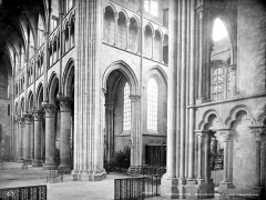 Eglise Notre-Dame - Vue intérieure du transept et du bas-côté sud