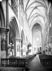 Eglise Saint-Jacques - Vue intérieure de la nef vers le choeur
