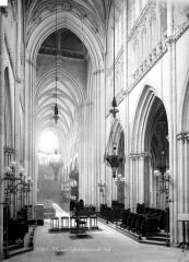 Eglise Saint-Jacques - Vue intérieure de la nef vers l'entrée