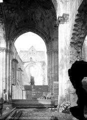 Eglise Saint-Denis (ruines) - Vue intérieure de la nef vers le choeur