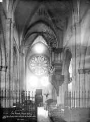 Eglise Notre-Dame (ancienne cathédrale) - Vue intérieure de la nef vers l'entrée