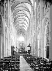 Collégiale Notre-Dame et Saint-Laurent - Vue intérieure de la nef vers le choeur