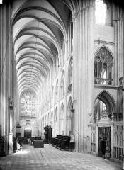 Collégiale Notre-Dame et Saint-Laurent - Vue intérieure de la nef vers l'entrée