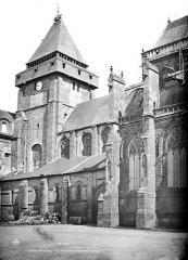 Abbaye bénédictine Notre-Dame d'Evron devenue Couvent de la Charité d'Evron - Eglise : Façade sud et clocher