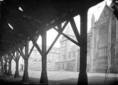 Abbaye bénédictine Notre-Dame d'Evron devenue Couvent de la Charité d'Evron - Eglise et ancien évêché pris des halles