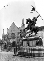 Eglise de la Trinité - Vue générale de la place : Ensemble est de l'église et statue de Guillaume le Conquérant