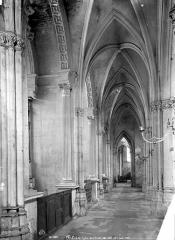 Eglise de la Trinité - Vue intérieure du bas-côté nord, vers l'est