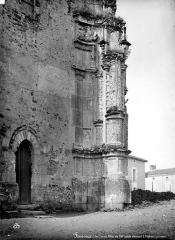 Eglise Saint-Pierre - Transept nord : Petite porte et pilier Renaissance