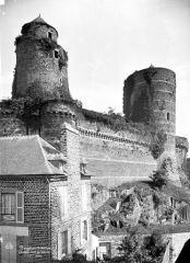 Château - Côté ouest : Tour Mélusine, tour des Gobelins