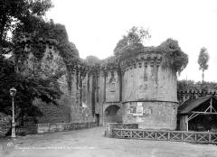 Château - Porte Saint-Sulpice : Vue d'ensemble extra-muros