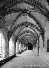 Ancienne abbaye royale de Fontevraud, actuellement centre culturel de l'Ouest - Cloître du Grand Moûtier : Vue intérieure de la galerie nord