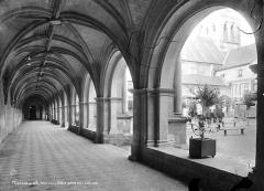 Ancienne abbaye royale de Fontevraud, actuellement centre culturel de l'Ouest - Cloître du Grand Moûtier : Vue intérieure de la galerie ouest