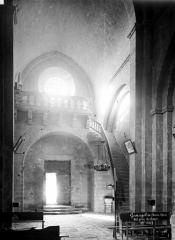 Prieuré - Eglise : Vue intérieure de la nef vers l'entrée