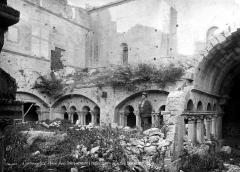 Prieuré - Cloître : Galerie attenant à l'église