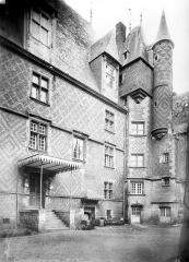 Ancien château, actuellement Musée international de la Chasse - Façade sur cour