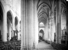 Eglise Saint-Gervais-Saint-Protais - Vue intérieure de la nef et du bas-côté sud vers le choeur