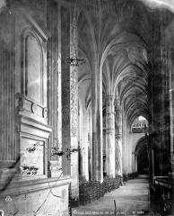 Eglise Saint-Gervais-Saint-Protais - Vue intérieure du bas-côté sud, vers l'ouest