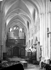 Eglise Saint-Hildebert - Vue intérieure de la nef vers l'entrée
