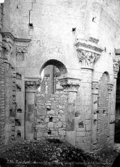 Ancien prieuré Saint-Léonard - Eglise (ruines). Vue intérieure du choeur : Colonnes et chapiteaux