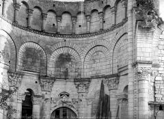 Ancien prieuré Saint-Léonard - Eglise (ruines). Vue intérieure du choeur : Arcatures et ornements